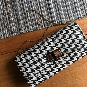 NWOT Houndstooth clutch with gold chain.